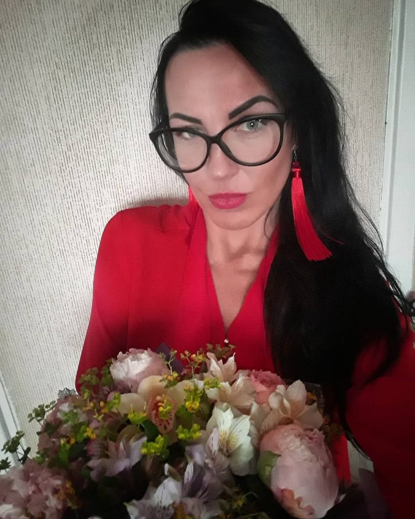 Проститутка Москвы с букетом